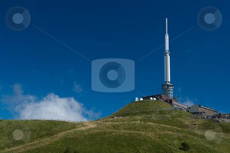 Sendeantenne auf dem Vulkan Puy de D?me (1465 m) stock photo, Der Vulkan Puy de D?me (1465 m) liegt im gleichnamigen D?partement Puy-de-D?me und geh?rt zum Zentralmassiv in der s?dlichen H?lfte Frankreichs. Er geh?rt zur Kette der Puys (la Cha?ne des Puys) und ist deren h?chster Gipfel.  Er befindet sich etwa 15 km von Clermont-Ferrand entfernt, welches er um 1000 m ?berragt. Seit 1956 befindet sich auf dem Puy de D?me eine Sendeanlage f?r UKW und TV. Quelle: Wikipedia by Wolfgang Heidasch