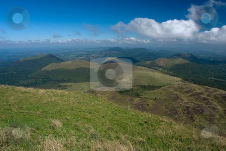 Blick vom Vulkan Puy de D?me auf die umliegenden Vulkane der Cha?ne des Puys stock photo, Der Vulkan Puy de D?me (1465 m) liegt im gleichnamigen D?partement Puy-de-D?me und geh?rt zum Zentralmassiv in der s?dlichen H?lfte Frankreichs. Er geh?rt zur Kette der Puys (la Cha?ne des Puys) und ist deren h?chster Gipfel.  Er befindet sich etwa 15 km von Clermont-Ferrand entfernt, welches er um 1000 m ?berragt. Seit 1956 befindet sich auf dem Puy de D?me eine Sendeanlage f?r UKW und TV. Quelle: Wikipedia by Wolfgang Heidasch