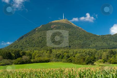 Der Vulkan Puy de D?me (1465 m) stock photo, Der Vulkan Puy de D?me (1465 m) liegt im gleichnamigen D?partement Puy-de-D?me und geh?rt zum Zentralmassiv in der s?dlichen H?lfte Frankreichs. Er geh?rt zur Kette der Puys (la Cha?ne des Puys) und ist deren h?chster Gipfel.  Er befindet sich etwa 15 km von Clermont-Ferrand entfernt, welches er um 1000 m ?berragt. Seit 1956 befindet sich auf dem Puy de D?me eine Sendeanlage f?r UKW und TV. Quelle: Wikipedia by Wolfgang Heidasch