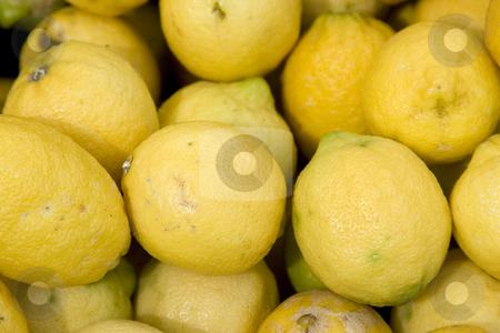 Zitronen stock photo, Frische Zitronen im Sonnenlicht an einem Marktstand by Stefan Franz