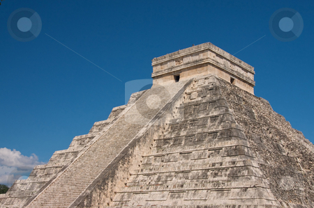 Chichen Itza stock photo, Pir??mide de Kukulcan en la zona arqueol??gica de Chichen Itza Yucat??n, M? by Rodrigo Reyes Marin