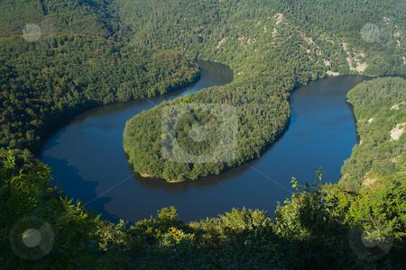 Der Meander der Sioule bei Queuille, Auvergne, Frankreich stock photo, Die Sioule ist ein Fluss in Frankreich. Sie entspringt an der Nordseite der Monts Dore auf etwa 1.200 m NN im D?partement Puy-de-D?me und m?ndet nach 160 km durch das Granitplateau der Combrailles bei Saint-Pour?ain-sur-Sioule in den Allier. Quelle: Wikipedia http://de.wikipedia.org/wiki/Sioule by Wolfgang Heidasch