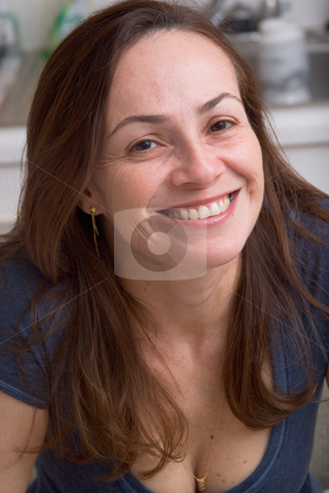 Smiling brunette woman stock photo, Woman with brown hair posing and smiling for the camera by Jose Wilson Araujo