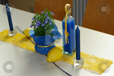 Tischdekoration blau gelb stock photo,  by Wolfgang Heidasch