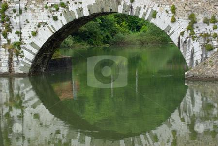 An der Ponte della Maddalena, Ponte del Diavolo (Teufelsbr?cke) bei Borgo a Mozzano, Toskana, Italie stock photo, Borgo a Mozzano ist eine italienische Gemeinde in der Provinz Lucca in der Toskana. Der Ort liegt etwa 20 km n?rdlich von Lucca am Serchio. Sein Wahrzeichen ist die mittelalterliche Br?cke ?ber den Serchio, der Ponte della Maddalena, genannt Ponte del Diavolo (Teufelsbr?cke).  - Borgo a Mozzano is a town and commune in the province of Lucca, in northern Tuscany (Italy). Borgo a Mozzano is dominated by the presence of Ponte della Maddalena also called
