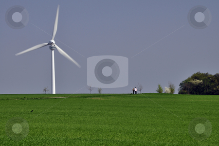 Alternative Energie stock photo, Windrad als alternative Energiequelle mit blauem Himmel und gr?nem Gras